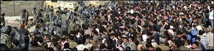 Egyptian riot police clash with Palestinians near the Egypt-Gaza border (25 January 2007)