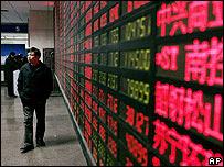 Un tablero muestra el índice de Shanghai en China