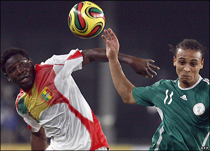 Adama Tamboura contests possession with Peter Odemwingie