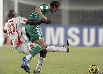 Mohamed Sissoko tackles Peter Odemwingie
