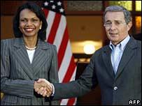 Condoleezza Rice (izq) choca manos con presidente colombiano Álvaro Uribe