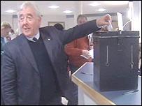 Dafydd Wigley casts his vote