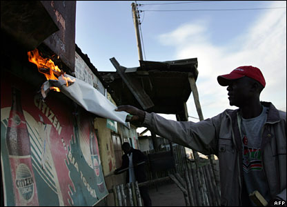A man belonging to the Luo tribe sets fire to a store in Nakuru, 26 January 2008