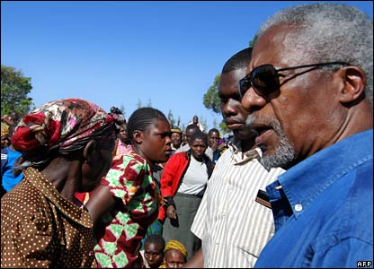 Former UN Secretary-General Kofi Annan (R) visits an internally displaced people's camp at Molo in Nakuru 26/1/08