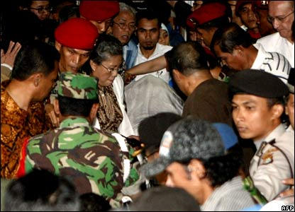 People surround the body of former Indonesian president Suharto as it leaves the Pertamina hospital in Jakarta