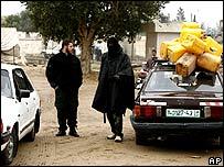 ناشطو حماس يضبطون المرور على الحدود