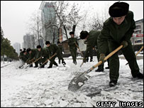 Soldiers clear snow in Wuhan, Hubei Province, 26 January, 2008