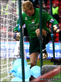 Man City Joe Hart bursts the balloons at Bramall Lane