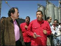 Hugo Chavez (centre) hosts Nicaraguan President Daniel Ortega (left)