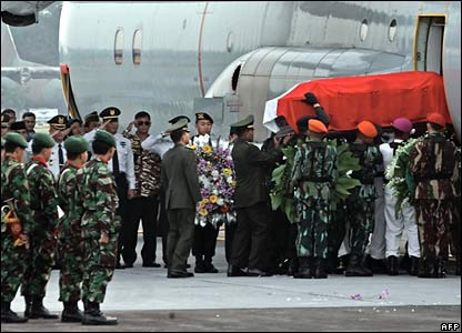 Soldiers place the coffin of the former leader on a military aircraft for the flight to Solo