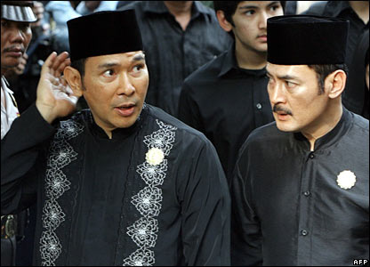 Two of Suharto's sons, Hutomo Mandala Putra (Tommy) (L) and Bambang Trihatmojo (R), accompany their father's coffin