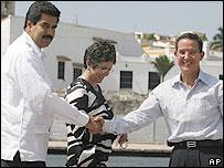 Nicolás Maduro (izq.) saluda a Fernando Araujo (der.).
