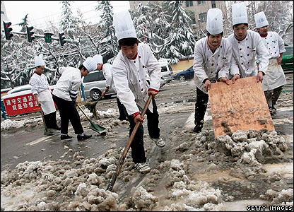 Chefs clear the street in Nanjing, 26 Jan 2008