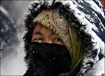 Woman covers her face, Lanzhou, Gansu province, 27 Jan 2008