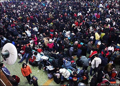 Passengers wait at Hankou Railway Station, Wuhan, 27 Jan 2008