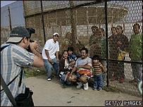 Familia fotografiándose en el lado estadounidense de la frontera con México, 10 de junio de 2007