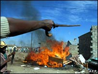 Kikuyu man with panga as ethnic Luos' belongings are burnt in Naivasha - photo 29 January