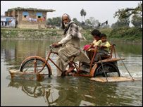 Saidullah demonstrates his amphibious cycle-rickshaw (Picture: Prashant Ravi)