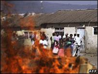 Naivasha residents look at fire started by Kikuyu gang