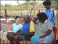 Aboriginals viewing the Mukurtu Wumpurrarni-kari Archive