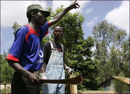 An opposition supporter holds a machete as he gestures towards the police in Kibera, Nairobi (29/01/2008)