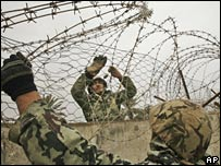 Egyptian forces use barbed wire to breach the gap in the border between Egypt and Rafah, southern Gaza (29/01/2008)