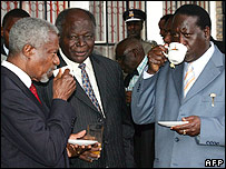 Former UN Secretary-General Kofi Annan (l), Kenyan President Mwai Kibaki (c), and Kenyan opposition leader Raila Odinga (r) drink tea after talks