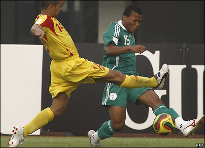 Alain Gaspoz attempts to close down Ike Uche
