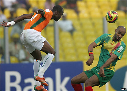 Didier Zokora and Kanoute go for a header