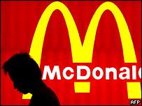 Человек около McDonald's
