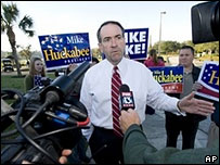 Mike Huckabee talks to reporters in Tampa, Florida, 29 Jan 2008