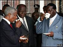 Kofi Annan (l), Mwai Kibaki (c) and Raila Odinga chat over a cup of tea (29 January 2007)