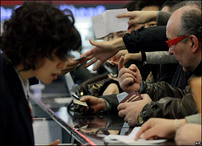 People attempt to buy airline tickets at Hongqiao Airport in Shanghai, China (30/01/2008)