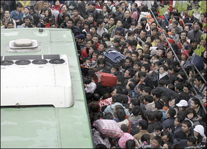 Passengers rush into a bus which will take them to the Guangzhou Railway Station, China (30/01/2008)