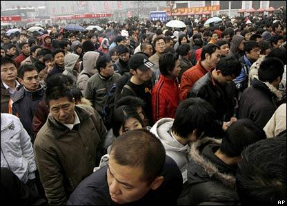 People queue to buy train tickets at Shanghai train station, China (30/01/2008)