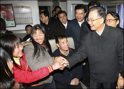 Chinese Premier Wen Jiabao talks with passengers at Guangzhou railway station, southern China (30/01/2008)