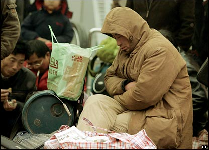 Passengers wait for their trains outside Shanghai Station, China (30/01/2008)