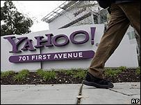 Un hombre pasa por frente a un edificio de Yahoo