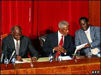 Former UN Chief Kofi Annan (C), Kenyan President Mwai Kibaki (L) and Kenya's opposition leader Raila Odinga  at talks in Nairobi (29/01/2008)