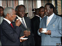 Former UN Chief Kofi Annan (L), Kenyan President Mwai Kibaki (C) and Kenya's opposition leader Raila Odinga (R) take refreshment  in Nairobi (29/01/2008)