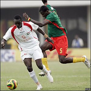 Timothee Atouba looks to tackle Yousef Alaeldin