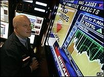 Bolsa de Nueva York en momentos en que la Fed anuncia el recorte