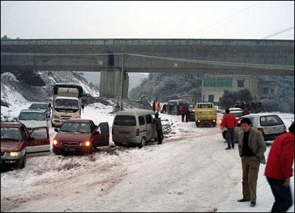 Pushing snow stuck cars in between Zhu Zhou and Changsha