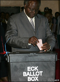 Kenyan President Mwai Kibaki votes in the 27 December presidential election