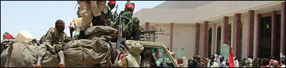 Troops around N'Djamena's palace in April 2006