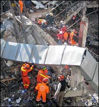 Rescue workers search through rubble at the building in Istanbul, Turkey (31/01/2008)