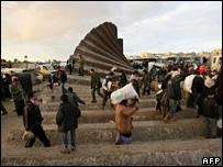 Palestinians cross the Egypt-Gaza border (31/01/08)