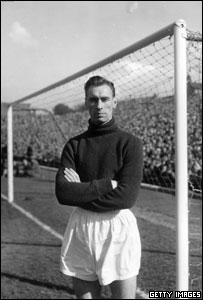 1st October 1956: Manchester United FC goalkeeper, Ray Wood (1931 - 2002).