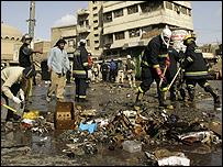 إزالة اثار التفجير الانتحاري في سوق الغزال