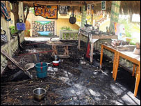 مشهد من الدمار الذي خله تفجير في مطعم يبغعد بضعة امتار عن السفارة الاسرائيلية